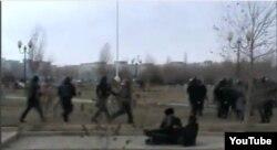Вооруженные полицейские бегут за демонстрантами. Жанаозен, 16 декабря 2011 года.