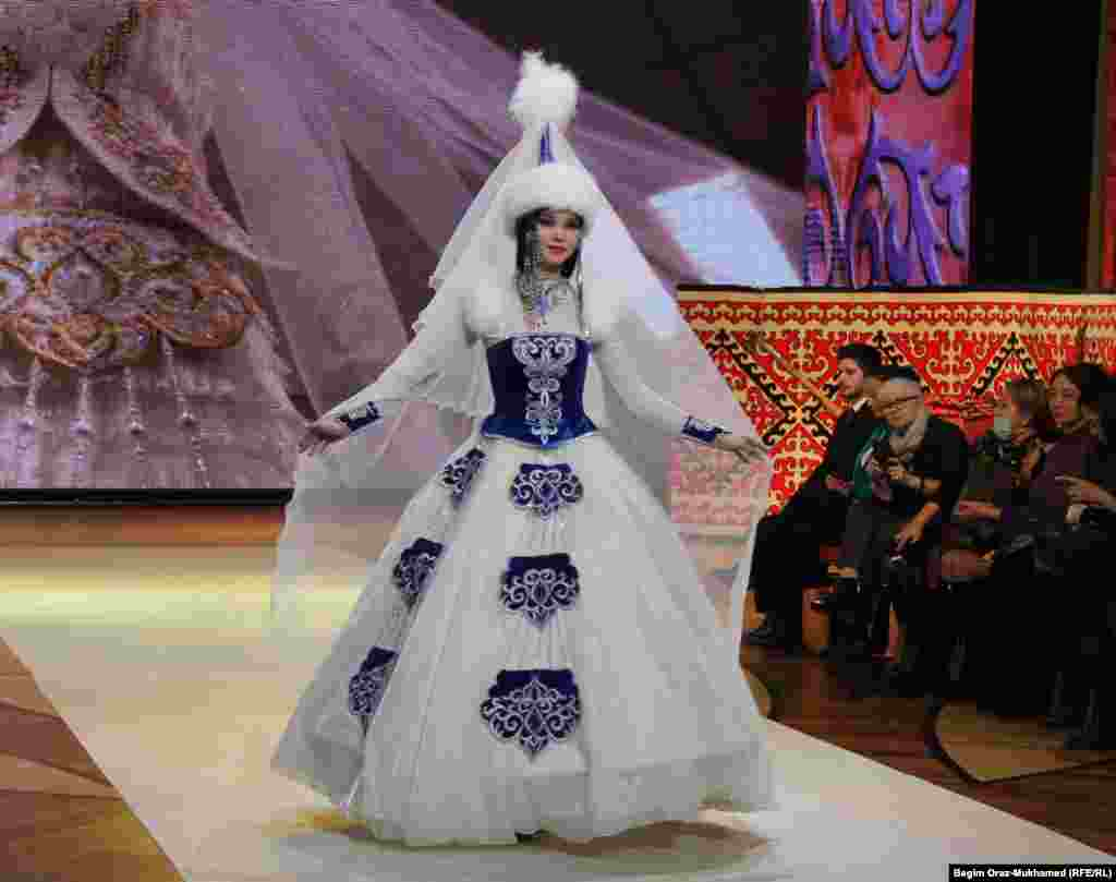 Модель демонстрирует традиционное платье дизайнеров Сауле Распаевой и Жанны Бектемисовой.