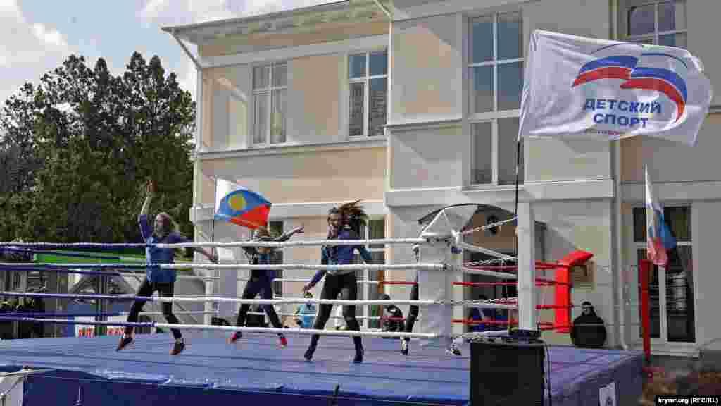 В сквере Тренева спортивный праздник. Установлен ринг, на котором девушки разогревают зрителей перед началом боев без правил. Других спортивных мероприятий поблизости не проводится