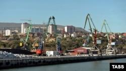 Дагестанский торговый порт Махачкалы. 24 сентября 2012 года.