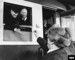 Erich Honecker (dr.) și cancelarul Helmut Schmidt la încheierea vizitei în Germania de est în 1981