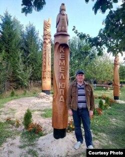 Сергей Щербаков возле чувашского юпа (столба силы предков) в селе Большой Сундырь