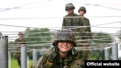 Cолдат німецької армії Анна Ланге на перешкоді (Джерело: Bundeswehr / Wilke)