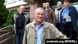 Віктар Казлоў зпаплечнікамі каля Гомельскага абласнога суду