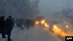 Қатты аязда автобус күтіп тұрған жолаушылар. Петропавл, 19 желтоқсан 2012 жыл. (Көрнекі сурет).