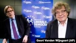 گئورکی کنراد (راست) در نشست بررسی وضعیت آزادی و دموکراسی در مجارستان در کنار نخستوزیر اسبق بلژیک ی ورهوفستاد