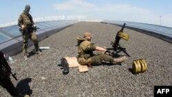 Бойовики гібридних російський сил на даху Донецького аеропорту. Донецьк, Україна, 26 травня 2014 року