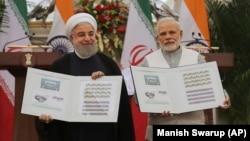 آرشیف، امضای قرارداد چابهار توسط حسن روحانی، رئیس جمهور ایران (چپ) و نریندرا مودی، صدراعظم هند