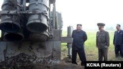 کیم جونگ اون، رهبر کره شمالی حین بازدید از یک وسیله پرتاب موشک