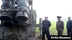 کیم جونگ اون رهبر کوریای شمالی حین دیدار از یک آزمایشگاه راکتها در این کشور