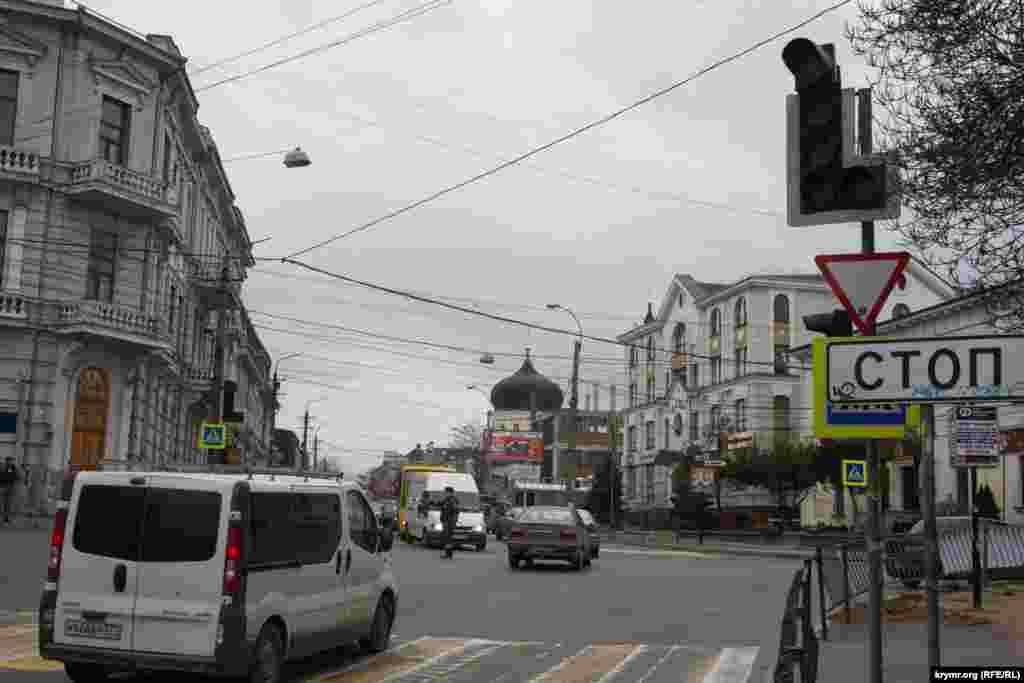 Часть светофоров Симферополя по-прежнему отключена.