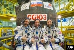 Qazaxıstan - NASA astronavtı Randy Bresnik (sağda), Avropa astronavtı Paolo Nespoli (solda) və rus kosmonavtı Sergei Ryazansky (ortada), Baykonur kosmodromunda, 17 iyul, 2017