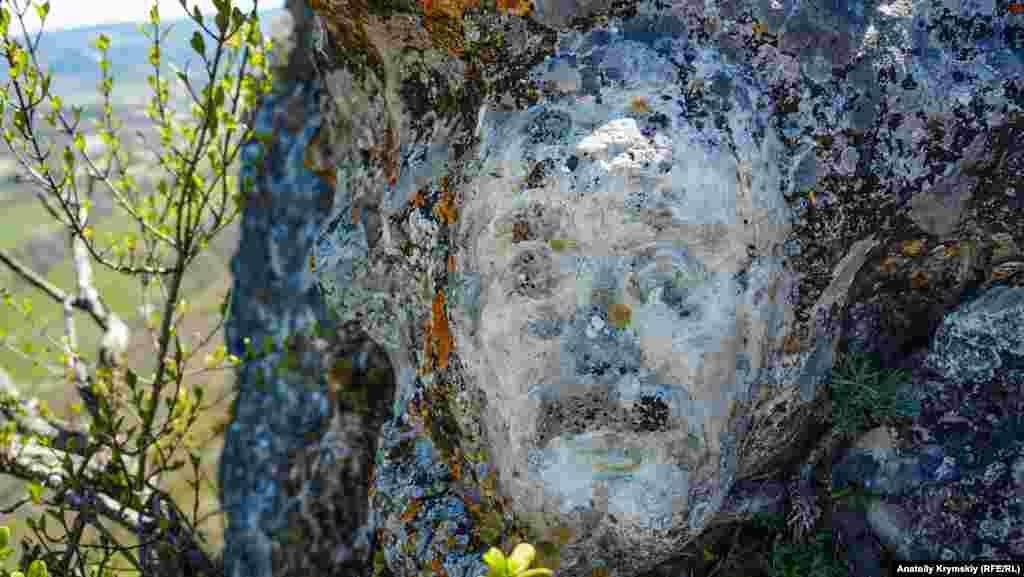 Вирубане в скелі обличчя чоловіка туристи назвали «королем». Поруч є і «королева», але її образ проглядається гірше