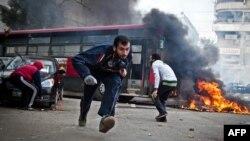 Египеттің бұрынғы президенті Мұхаммед Мурси жақтастары полициядан қашып жүр. Каир, 3 қаңтар 2014 жыл.