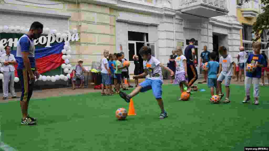 Неподалік сцени встановили мініатюрне футбольне поле, на ньому відбувався майстер-клас із футболу для дітей