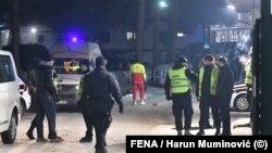 Policija i radnici Hitne pomoći Sarajevo ispred kampa u Blažuju, (20. januar 2021.)