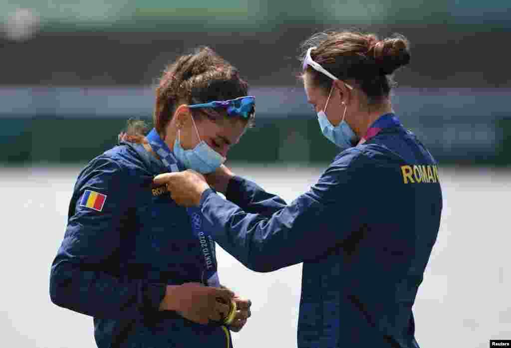 Ancuța Bodnar și Simona-Geanina Radiș se bucură de medalia obținută la proba de dublu vâsle feminin.