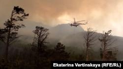 Вертолет тушит лесной пожар в Бурятии, август 2015 года