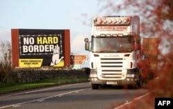 """""""Нет жесткой границе"""" – бигборд на границе Ирландской республики и Северной Ирландии"""