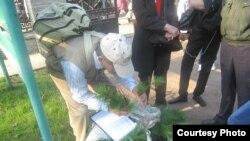 Александр Шанцев раздает побеги сибирского кедра в Санкт-Петербурге
