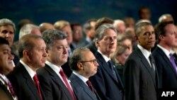 НАТО илләре җитәкчеләре саммит башында Әфганстанда һәлак булган хәрбиләрне бер минутлык тынлык белән искә алды. Эрдоганның сул ягында Украина президенты Порошенко