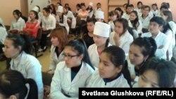 Медицина колледжінің бірінші курс студенттері. Астана, 1 қараша 2013 жыл.