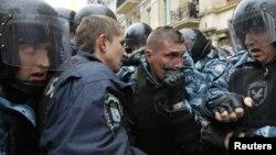 Киев, 11 октября 2011 г. Спецназ оттесняет сторонников Юлии Тимошенко от здания суда
