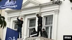 مهاجمان در بالکن سفارت ایران در لندن