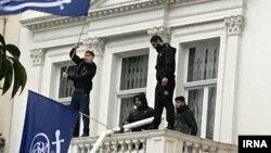 Иран елшілігінің балконына ту алып шығып, Тегеранның саясатына қарсылық білдірген адамдар. Лондон, 9 наурыз 2018 жыл