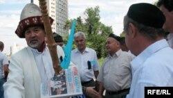 Лидер организации «Аттан» Амантай-кажы Асылбек на митинге. Алматы, 19 июля 2009 года.