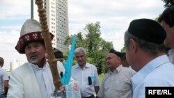 Лидер малочисленной организации «Аттан» Амантай Асылбеков (слева), больше известный как Амантай-кажи. Алматы, 19 июля 2009 года.