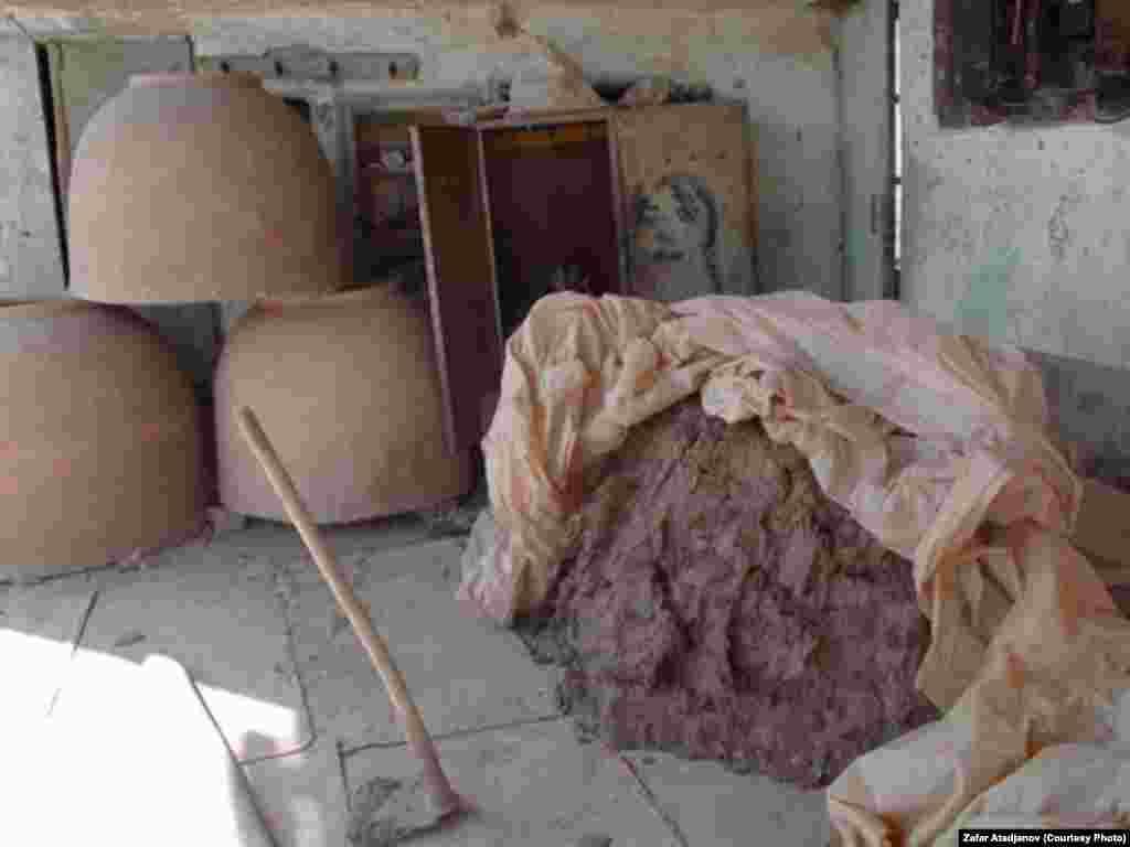Разложенная таким образом глина сохнет в течение 12 часов, после этого ее вставляют в форме круга - это первый этаж печи
