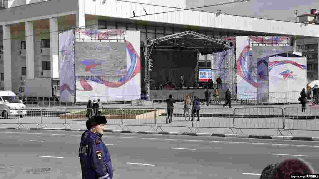На площади Ленина готовят сцену к вечернему концерту. Среди сотрудников полиции теперь очень много женщин – очевидно, другая высокооплачиваемая работа в большом дефиците