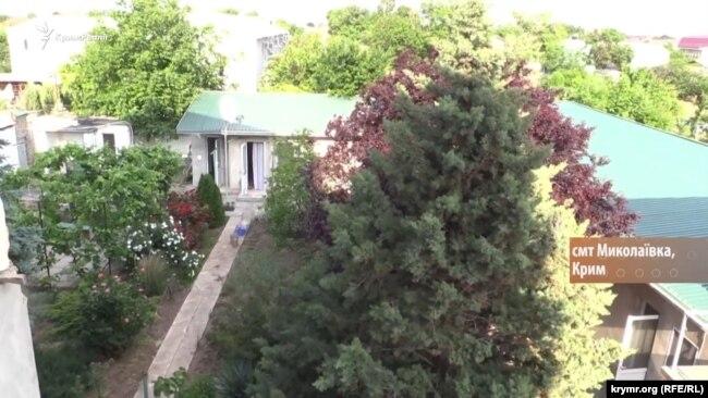 Двор с номерами для отдыхающих