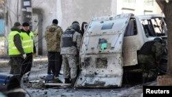Міліція та експерти-криміналісти працюють на місці вибуху автомобіля. Харків, 6 березня 2015 року