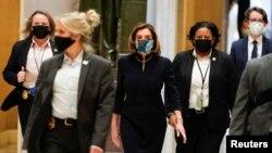 Спикер Палаты представителей Нэнси Пелоси и члены палаты в Капитолии, Вашингтон. 13 января 2021 года. Фото: Reuters