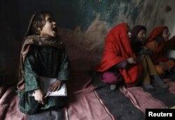Исламабадтың кедейлер қоныстанған ауданындағы мектепте білім алып отырған қыз балалар. (Көрнекі сурет.)