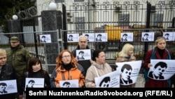 Українські журналісти протестують проти затримання Сущенка під посольством Росії. Київ, 6 жовтня 2016 року