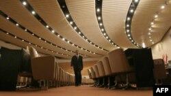 موظف في مجلس النواب العراقي يتفحص قاعة الجلسات قبل عقدها