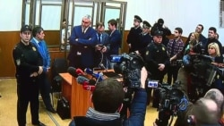 На вирок Савченко у суді відреагували гімном України (відео)
