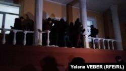В результате давки у Карагандинского областного суда обрушились некоторые перила балкона у входа в здание суда. 11 декабря 2015 года