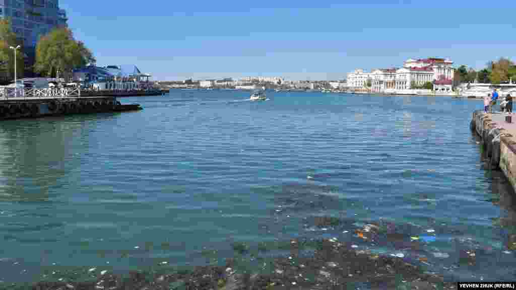 У оконечности Артиллерийской бухты в воде скопился мусор