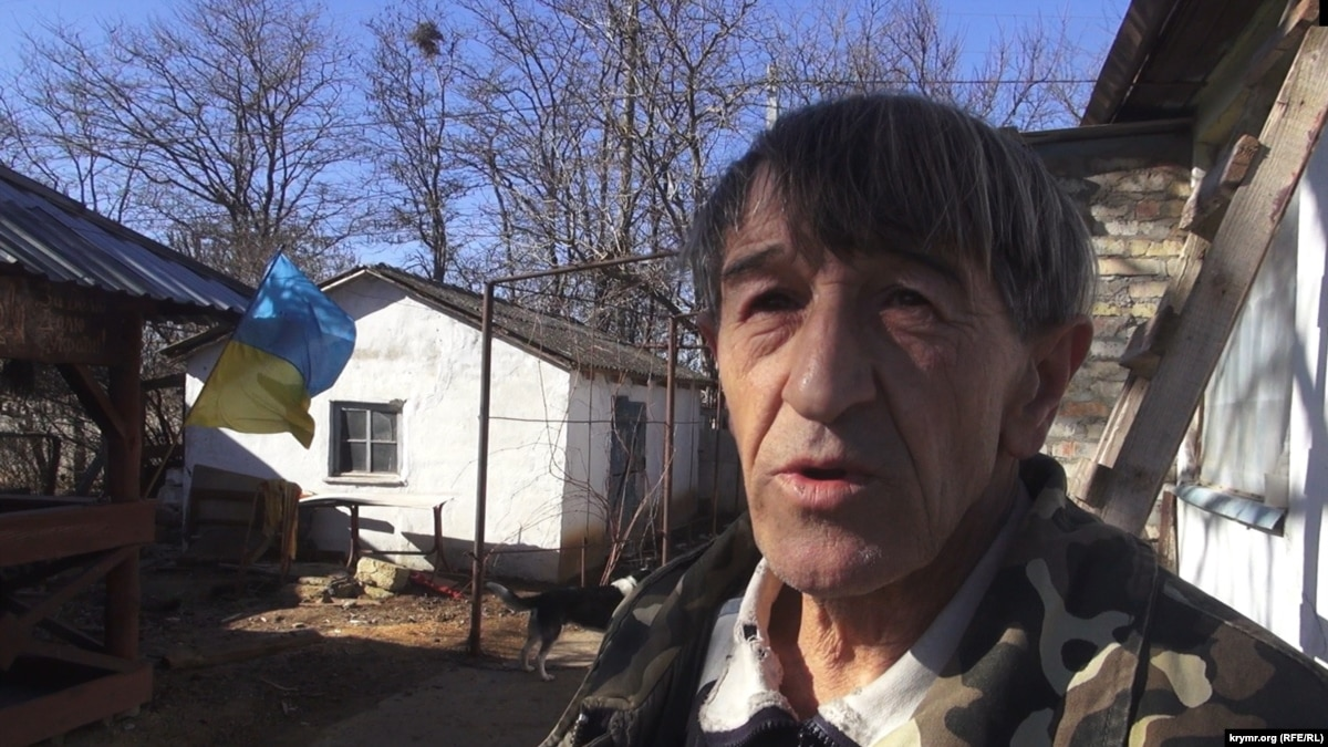 «Россияне вешают триколоры, а у меня украинский флаг»: за что ФСБ преследует крымского коваля Олега Приходько