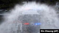 Гонконгдо полиция нааразылык акциясына чыккандарга каршы суу бүркчү машинелерди колдонгону жатат.