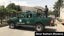 Avganistanska policija na mestu eksplozije pored šatora u kojima su se održavali mirovni razgovori