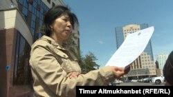 Инкар Тиштыбаева, жительница Астаны, подписавшая заявку на проведение митинга 21 мая «по земельному вопросу», показывает ответ акимата с отказом. Астана, 18 мая 2018 года.