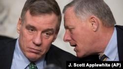 Senator Richard Burr və onun müavini senator Mark Warner (solda)