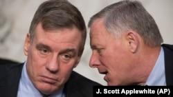 Керівники сенатського комітету у справах розвідки демократ Марк Ворнер (зліва) і республіканець Річард Берр
