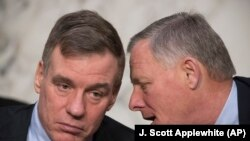 Руководители сенатского комитета по делам разведки демократ Марк Уорнер (слева) и республиканец Ричард Берр