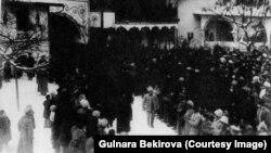 Урочисте відкриття Першого Курултаю кримськотатарського народу в Ханському палаці Бахчисарая. Архів автора